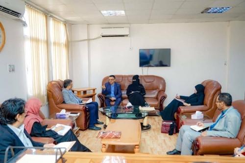 """أثناء لقاء مدير الوحدة التنفيذية للنازحين..  """"لملس"""" يجدد دعوته إلى تنظيم عملية النزوح إلى العاصمة عدن"""