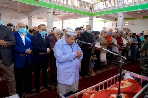 في موكب جنائزي مهيب..   الزُبيدي يؤدي صلاة الجنازة على جثمان المناضل أمين صالح محمد