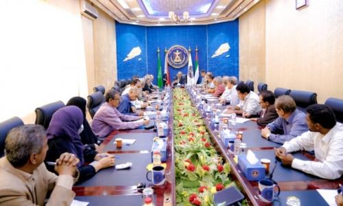 خلال ترأس اجتماع لانتقالي عدن..  الزُبيدي يشدد على ضرورة الاقتراب من المواطنين ومعاناتهم